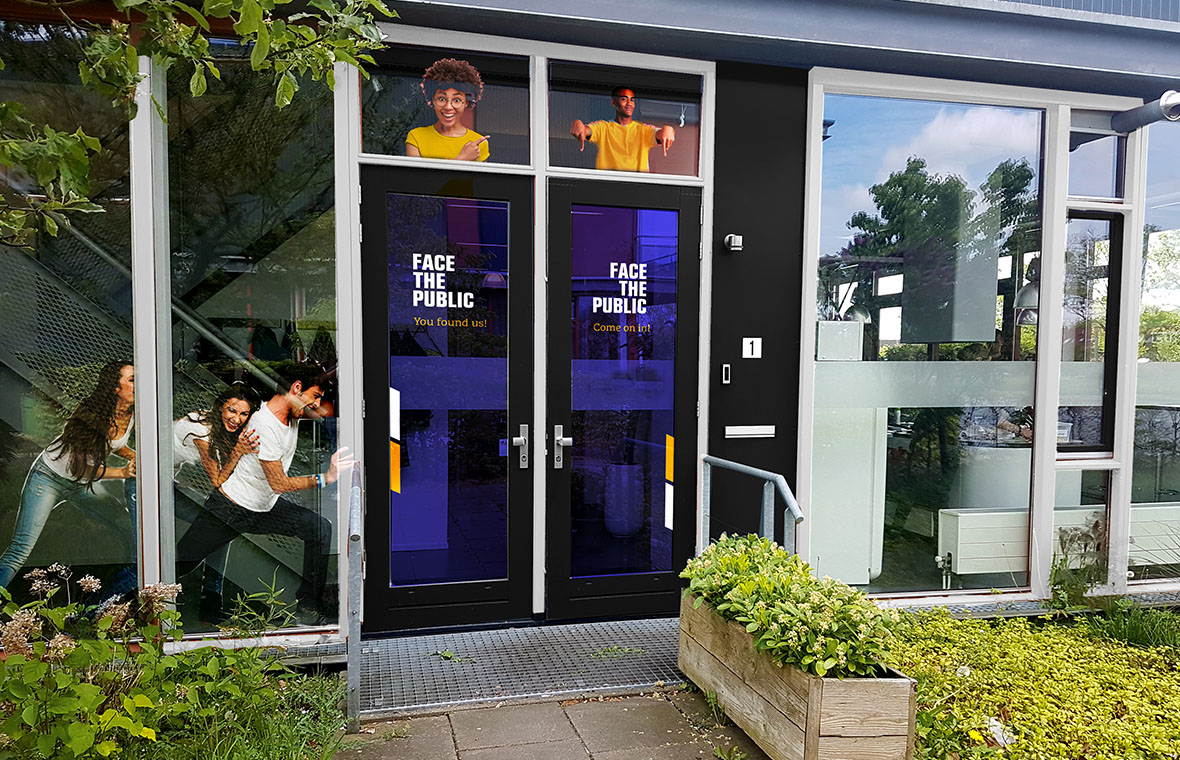 facethepublic grafisch-ontwerp interieur huisstijl entree voordeur sticker